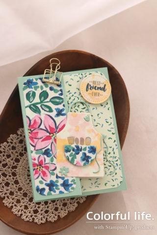 お花のペーパーに、エプロンを飾ったカード(縦-ガーデン・インプレッションズ、エプロン・オブ・ラブ)