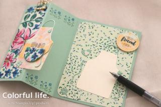 お花のペーパーに、エプロンを飾ったカード(開き-ガーデン・インプレッションズ、エプロン・オブ・ラブ)