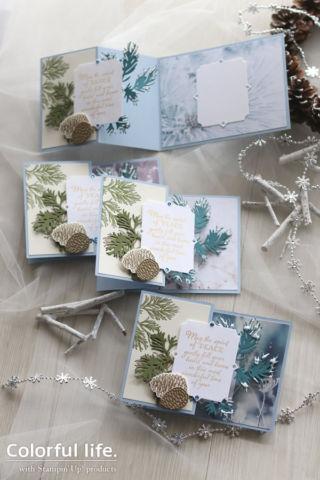 松ぼっくりと雪景色のクリスマスカード(縦:ピースフル・ボー)