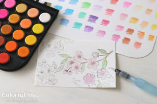 桜のスタンプを水彩絵の具で色塗り