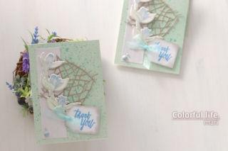 小枝を並べたようなダイを背景に、ツボミのカード(横:Floral Sprig/Altenew)