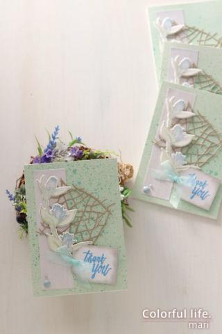 小枝を並べたようなダイを背景に、ツボミのカード(縦:Floral Sprig/Altenew)